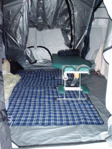 仮設テントの中の鍼灸スペース
